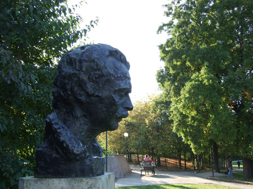 statue-parc-georges-brassens-paris-gavarni-hotel-passy