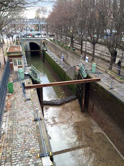 The spring cleaning of the canal Saint-Martin