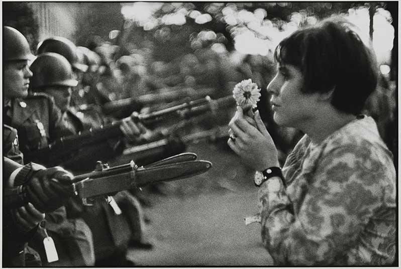 fleur-contre-baionnettes-pentagone-1967-marche-paix-vietnam-marc-riboud-exposition-mam-credit-roger-viollet-green-hotels-paris-eiffel-trocadero-gavarni