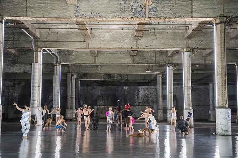 Boris Charmatz installe le chaos au Théâtre National de Chaillot