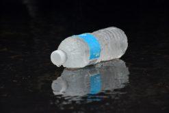 Faut-il interdire les bouteilles d'eau en plastique ?