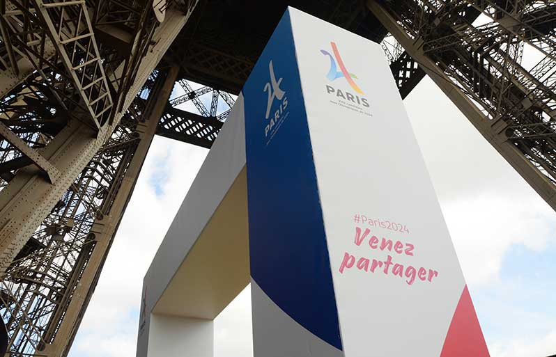 Eiffel Tower: a summer terrace in the colours of the 2024 Olympics candidacy