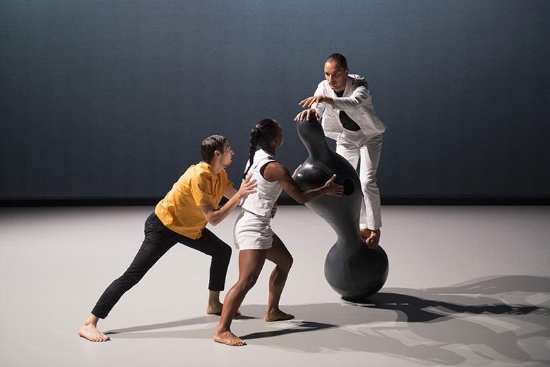 """Héla Fattoumi and Éric Lamoureux present """"Oscyl"""" at the Théâtre National de Chaillot"""